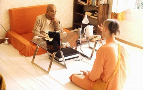 srila-prabhupada-speaks-with-brahmacari-in-room